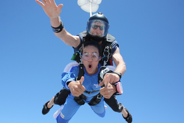 drogue controls speed of tandem skydiving pair